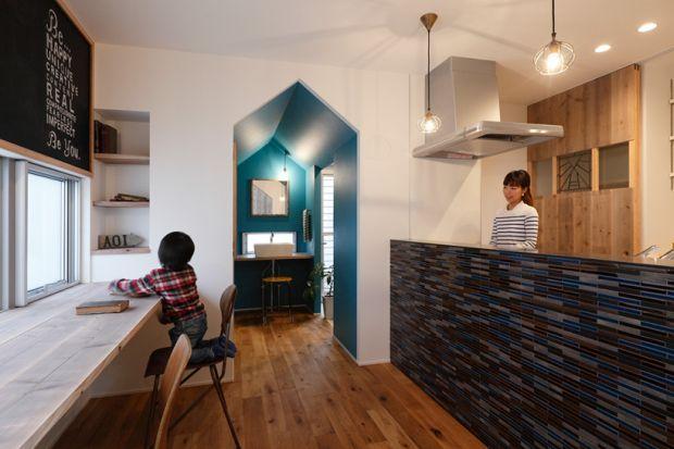 Kompaktowy dom drewniany z dwuspadowym dachem – DomInnowacjipl