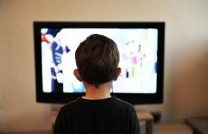 dziecko-przed-telewizorem